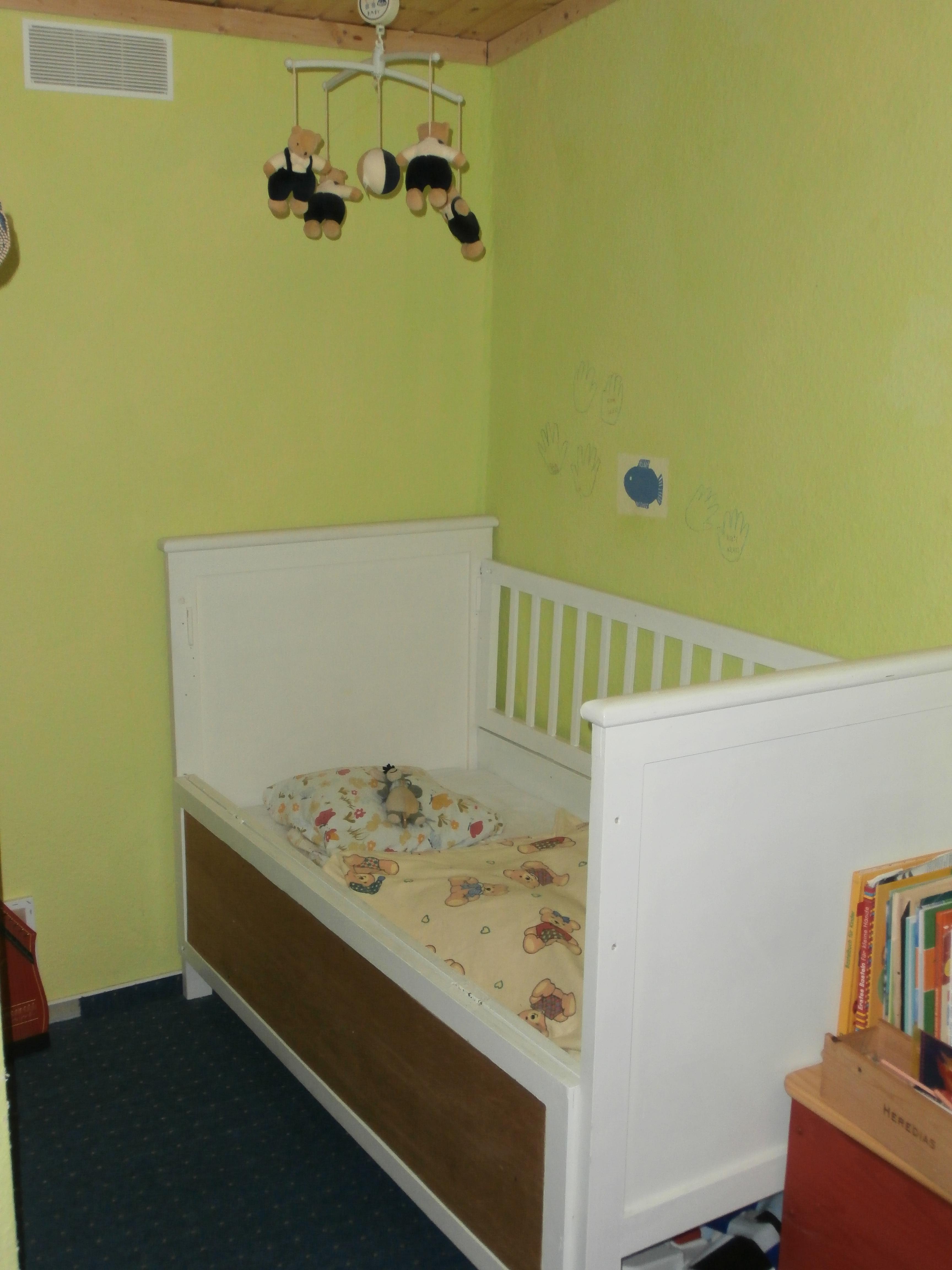 Weißes Kinderbettchen.